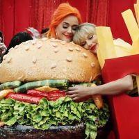 Katy Perry fala sobre a amizade com Taylor Swift em entrevista e achamos a coisa mais fofa da terra