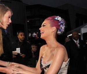 """Katy Perry fala sobre amizade com Taylor Swift: """"realmente posso contar com ela"""""""