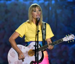 """Taylor convidou Katy para o clipe de """"You Need To Calm Down"""" e as duas aparecem fantasiadas de hambúrguer e batata frita"""