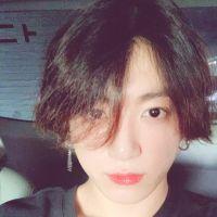 Calma galera! O Jungkook, do BTS, NÃO está namorando ninguém