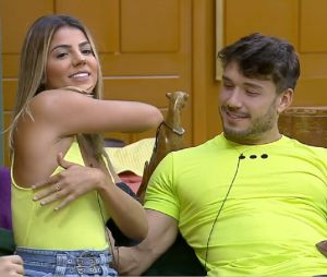 """A Fazenda 11"": Lucas Viana e Hariany resolvem namorar dentro do reality"