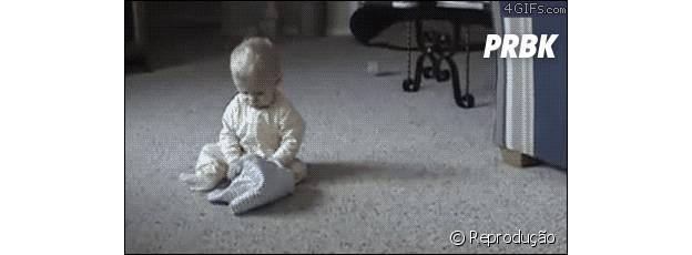 Dois cachorros derrubando a criança