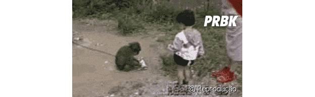 Macaco fazendo pegadinha com criança