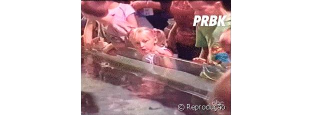 Arraia jogando água na menina