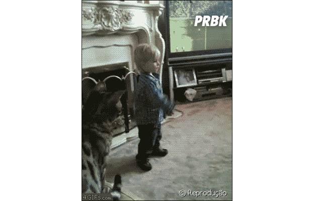 Gato pulando em cima de criança