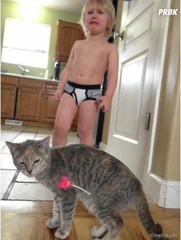 Pirulito preso no gato