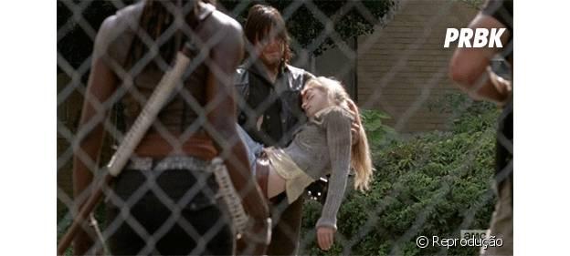 """Daryl (Norman Reedus) saiu carregando Beth (Emily Kinney) em seus braços para fora do hospital em """"The Walking Dead"""""""