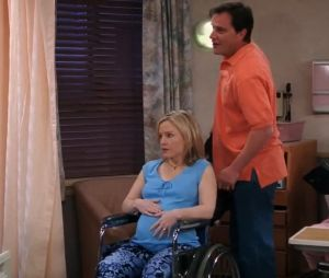 """Em """"Friends"""", Julie (Rachael Harris) é uma mulher que está prestes a dar a luz, assim comoRachel (Jennifer Aniston)"""