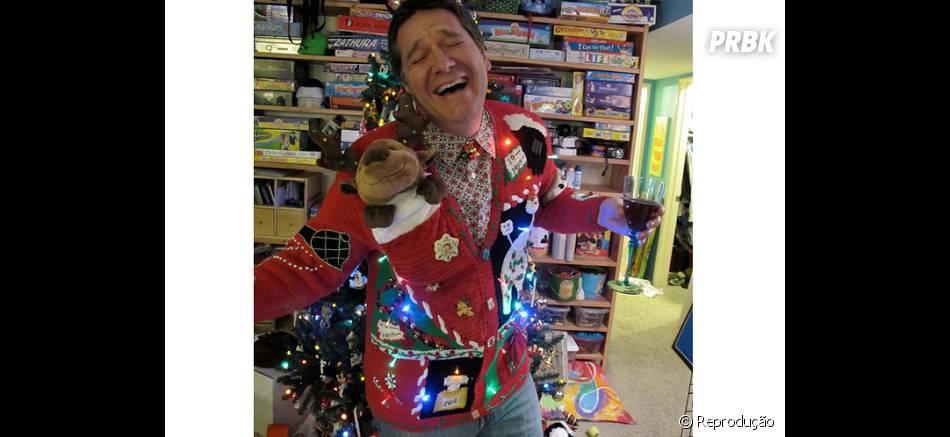 Olha a felicidade dessa árvo... quer dizer, dessa pessoa vestida de árvore de Natal!