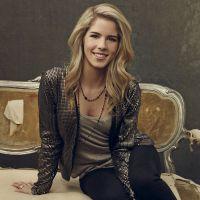 """Estilo Felicity (Emily Bett Rickards) de """"Arrow"""": Executiva, mas com um toque de personalidade!"""