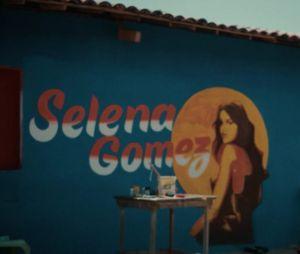 """Fãs de Selena Gomez reparam detalhe """"bem brasileiro"""" no clipe de """"Baila Conmigo"""""""