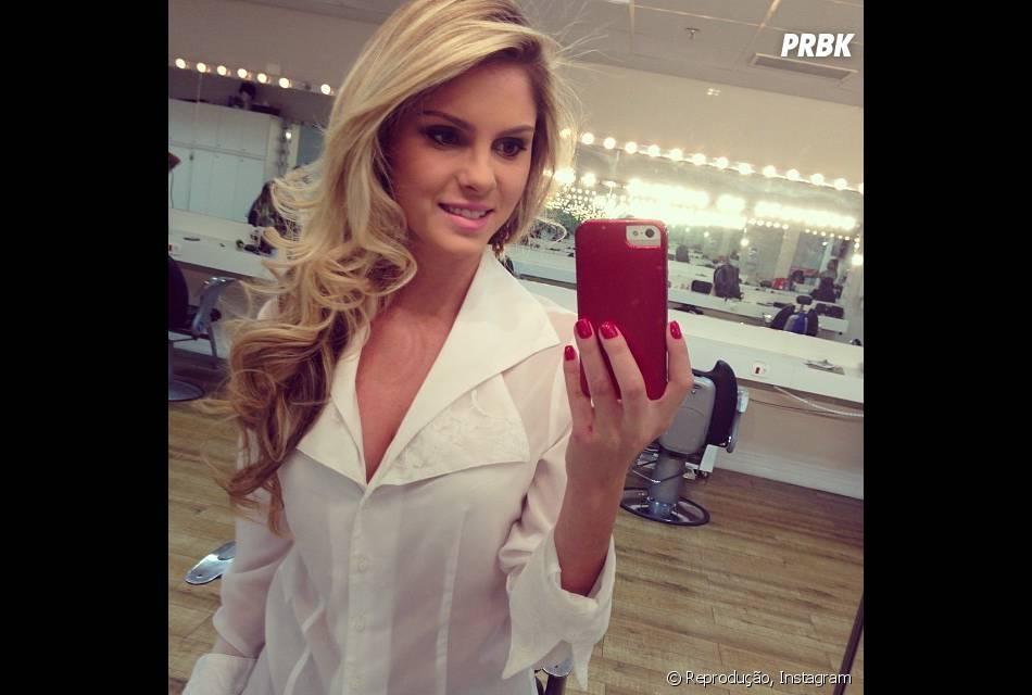 a7a1e97fbead2 Bárbara Evans compartilha cliques na frente do espelho - Purebreak