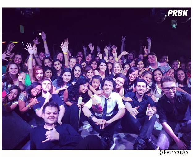 Sam Alves posa ao lado dos fãs durante sua passagem por Aracaju