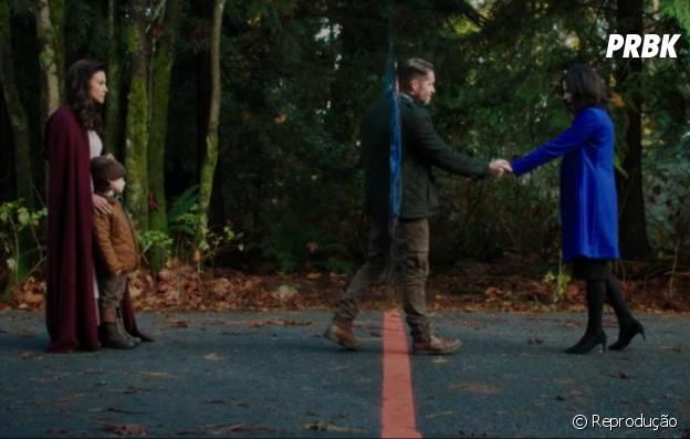 """Robin (Sean Maguire) cruza a linha da cidade de Storybrooke e se despede de Regina (Lana Parrilla) em """"Once Upon a Time"""""""