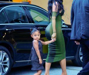 Filha de Travis Scott e Kylie Jenner, Stormi rouba à cena em premiação com os pais