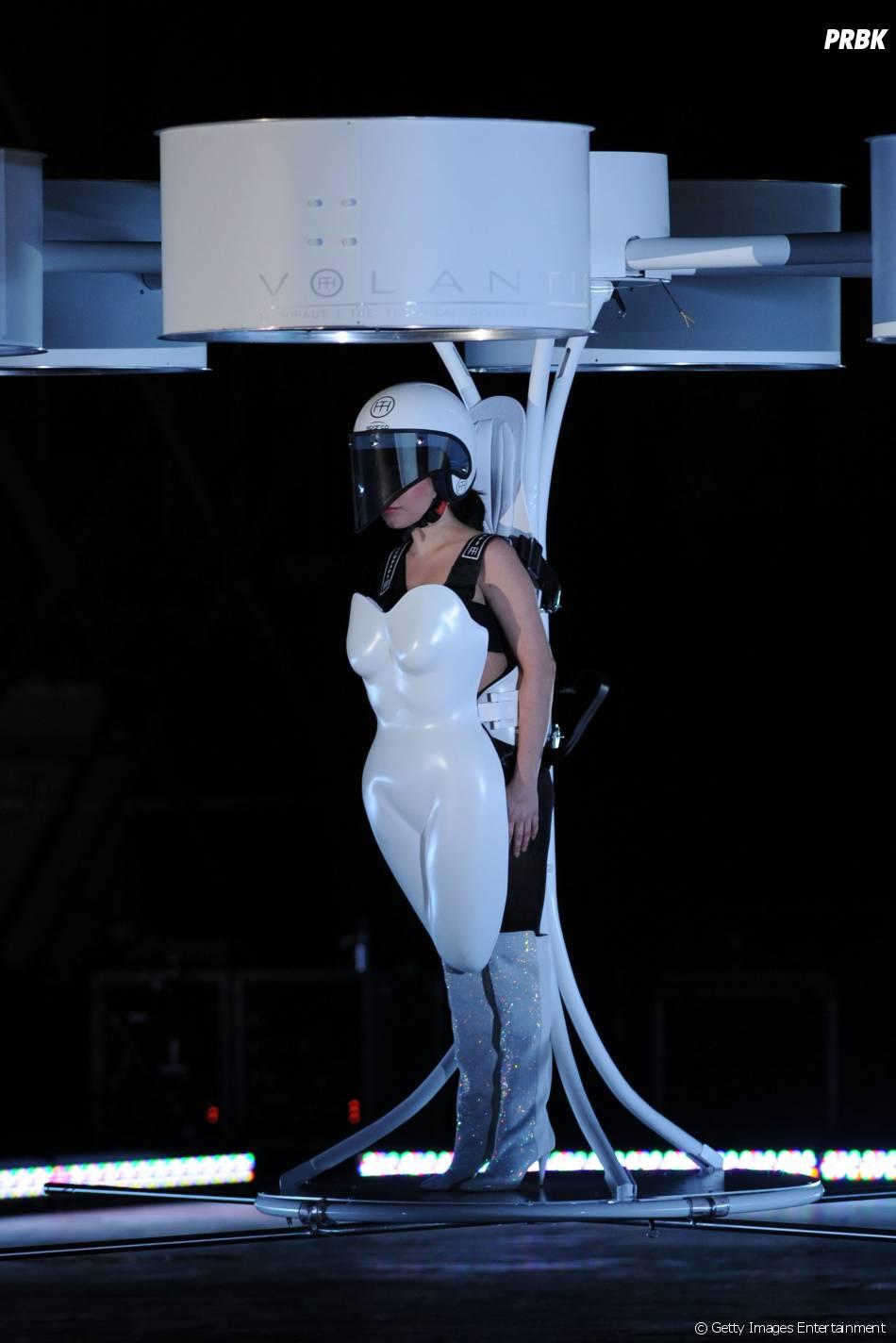 """Gaga chegou voando com o vestido VOLANTIS no """"ARTRave"""""""