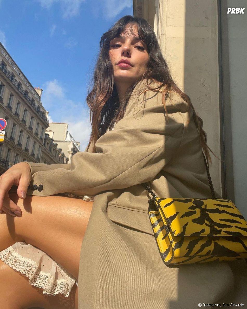 Isis Valverde combina look com bolsa animal print nas cores amarelo e preto