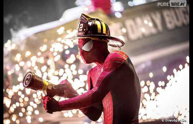 """Homem-Aranha aparece vestido de bombeiro em cena de """"O Espetacular Homem-Aranha 2"""""""