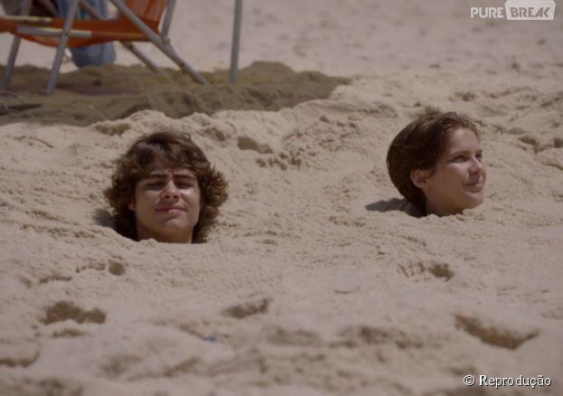 """Em """"Malhação"""",Pedro (Rafael Vitti) e Karina (Isabella Santoni) ficam com o corpo todo embaixo da areia!"""