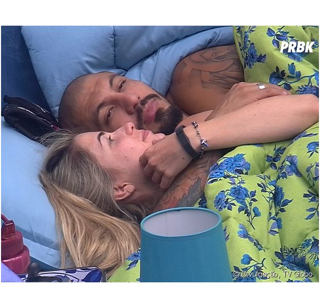 """Aline e Fernando se beijam muito e trocam carícias debaixo do edredon no """"BBB 15"""""""