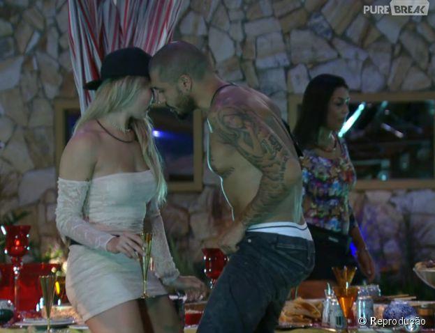 """No """"BBB15"""", Aline e Fernando dançavam enquanto Amanda observava"""