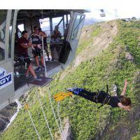 "Nina Dobrev, da série ""The Vampire Diaries"", salta de bungee jumping e posta vídeo no Instagram"