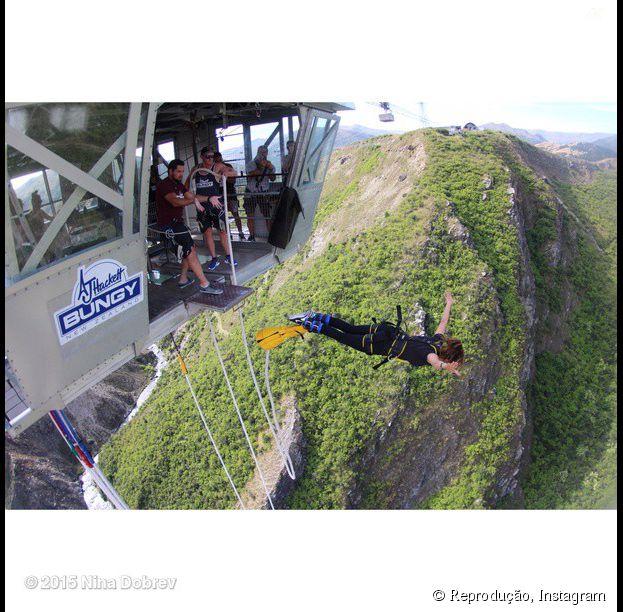 No Instagram, Nina Dobrev compartilha vídeos e fotos do momento em que pulou de bungee jumping na Nova Zelândia