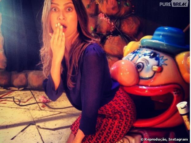 A atriz Thaila Ayala tirou várias gargalhadas de seus seguidores depois que compartilhou em seu Instagram uma foto com o bumbum na boca do palhaço! Curtiu?