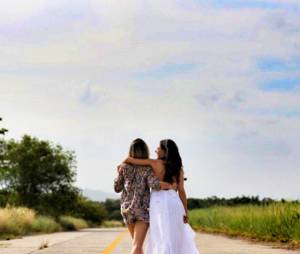 """Isis Valverde publicou um clique vestida de noiva ao lado de Bianca Bin, a Vitória de """"Boogie Oogie"""""""
