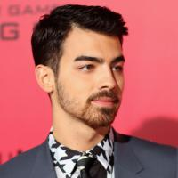 Primeira vez que Joe Jonas fumou maconha foi com Miley Cyrus e Demi Lovato