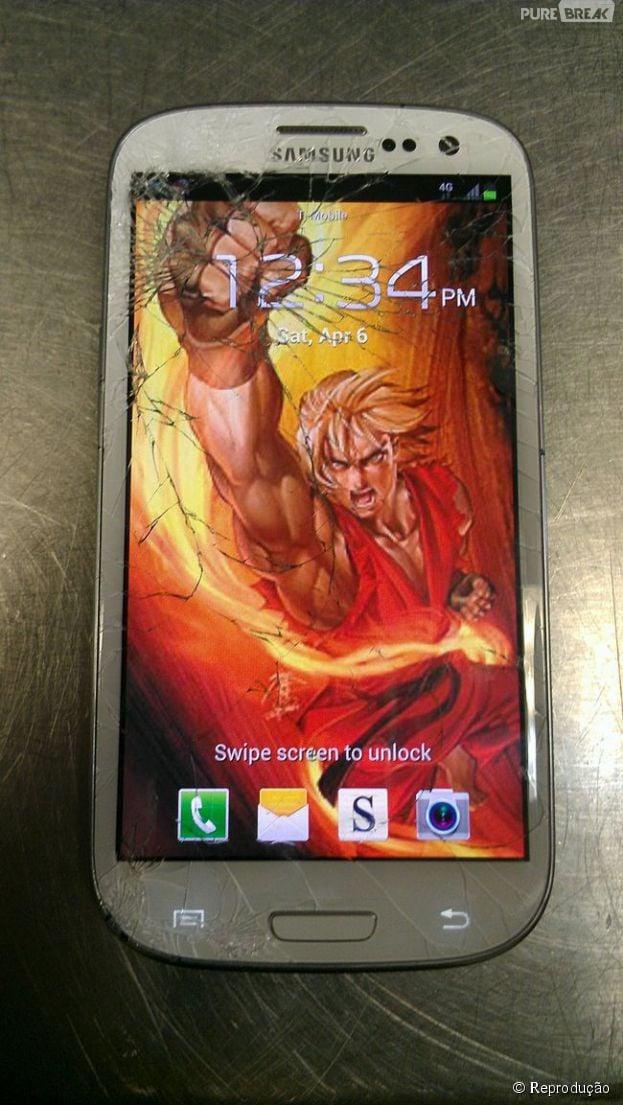"""Do game """"Street Fighter"""", papel de parede do personagem Ken é uma solução para telas de smartphone quebradas"""