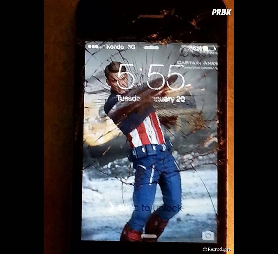 """Capitão América, do filme """"Os Vingadores 2"""", ajuda a disfarçar a tela de smartphone quebrada"""