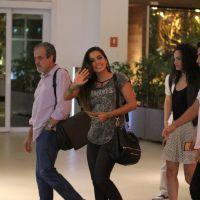 Anitta janta com amigos e brinca com paparazzi em shopping no Rio