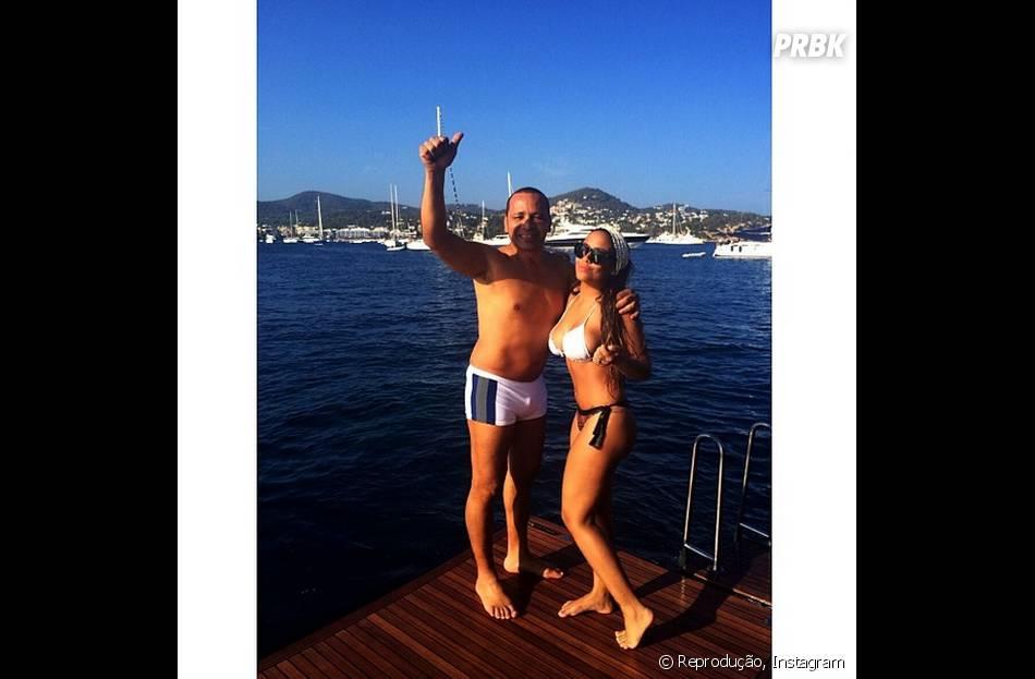 Rafaella Santos, irmã de Neymar, posa com o pai de biquíni e no maior estilo ostentação