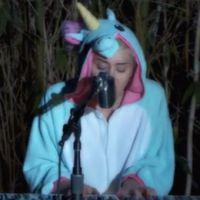 "Miley Cyrus chora ao cantar ""Pablow"" no projeto ""Backyard Sessions"". Assista!"