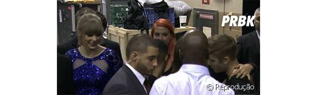 Taylor Swift faz careta ao ver Selena Gomez e Justin Bieber se abraçando