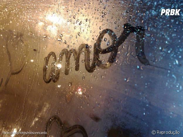 Desenhar no vidro embaçado ou escrever frases românticas