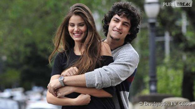 """Em""""Verdades Secretas"""", Angel (Camila Queiroz) namora com Guilherme (Gabriel Leone), mas sua cabeça tá em outra pessoa"""