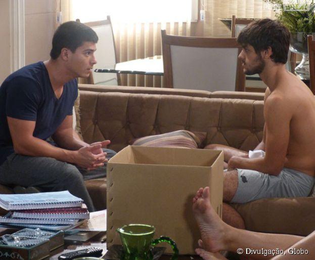"""Duca (Arthur Aguiar) tenta conversar com Cobra (Felipe Simas) em """"Malhação"""""""