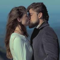 """Novela """"Além do Tempo"""": Felipe (Rafael Cardoso) e Lívia se beijam pela primeira vez!"""