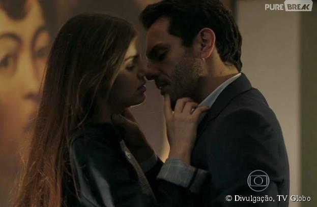 """Em """"Verdades Secretas"""", Alex (Rodrigo Lombardi) e Angel (Camila Queiroz) viram amantes!"""