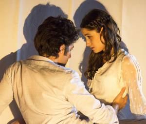 """Laís (Luisa Arraes) e Rafael (Chay Suede) ficaram noivos em """"Babilônia"""""""