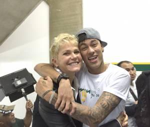 Xuxa Meneghel registrou o momento ao lado de Neymar Jr em matéria especial