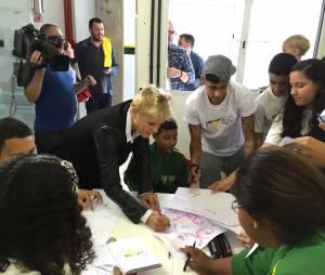 Xuxa e Neymar Jr e brincam com crianças no Instituto do jogador