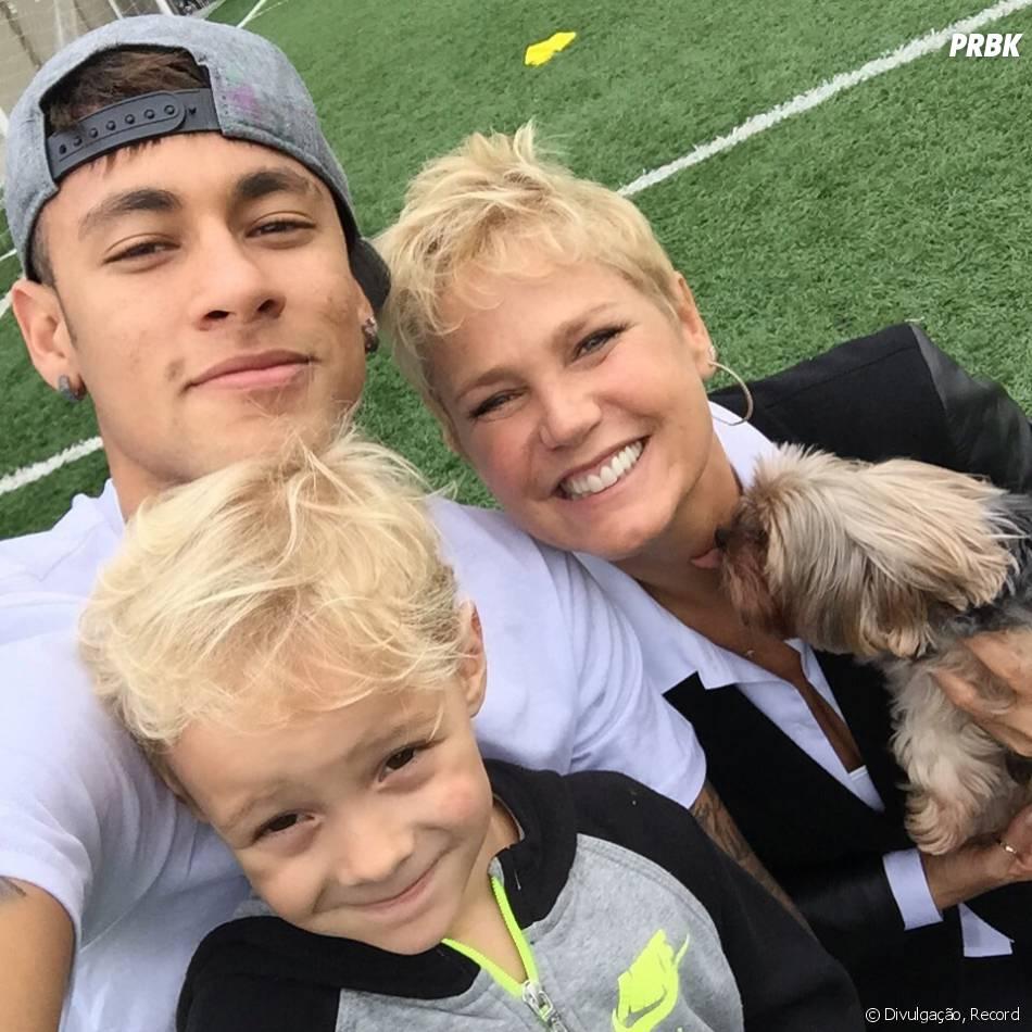 Xuxa posa com Neymar em matéria especial para seu programa na Record!