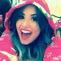 Sucesso nas rádios do Brasil, Demi Lovato faz festa do pijama e posta no Instagram