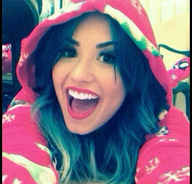 Demi Lovato faz festa do pijama e posta no Instagram
