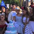 Ariana Grande relembrando os tempos de infância com um bolo bem Disney e ao lado da Cinderela!