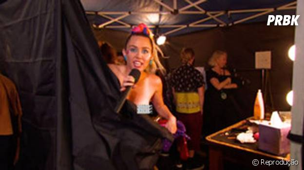 Miley Cyrus paga peitinho no VMA