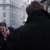 """Robert Pattinson recria cenário de foto clássica do astro James Dean em novo clipe de """"Life"""". Veja!"""